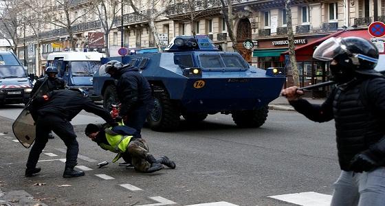 الشرطة الفرنسية تفرق المتظاهرين بالقنابل وخراطيم المياة في باريس