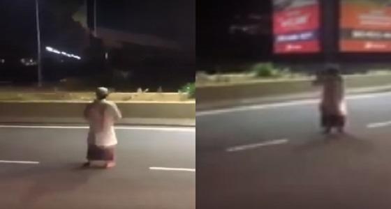 بالفيديو.. رجل يصلي وسط الطريق السريع دون اكتراث للسيارات
