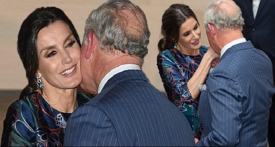 بالصور.. ضجة بعد ترحيب الأمير تشارلز الحار بملكة أسبانيا وتقبيله يدها