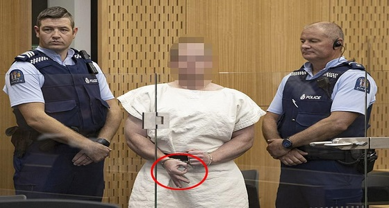 بالصور.. منفذ مذبحة نيوزيلندا يمثل أمام المحكمة ويشير بإشارة مستفزة!
