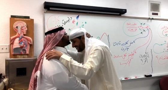 بالفيديو.. مدير تعليم يفاجأ بمعلمه السابق ويصر على تقبيل رأسه