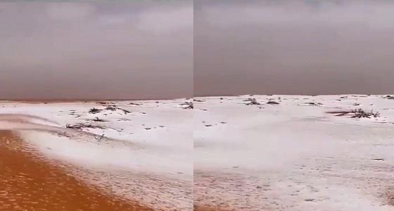 بالفيديو.. البرد يغطي نفود شرق الحيانية بشمال حائل