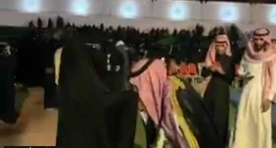 بالفيديو.. طالب يقبل قدم والدته في حفل جامعة القصيم