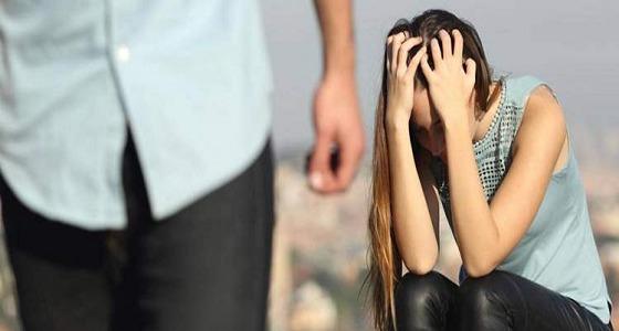 زوج يفقد أعصابه بعد ضبط زوجته وصديقه في وضع مخل