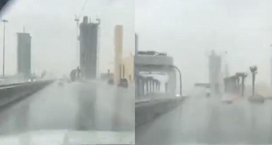 بالفيديو.. هطول الأمطار على الرياض