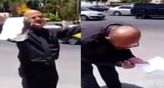 بالفيديو.. رجل يحرق شهادته الدكتوراة في الشارع أمام المارة