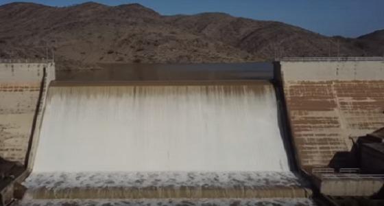 """بالفيديو.. مشهد خلاب لتدفق المياه بسد """" الجنابين """" في الباحة"""