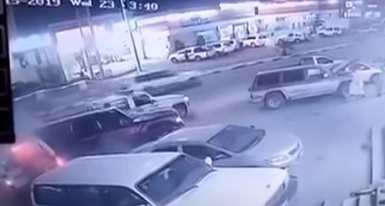 بالفيديو.. قائد سيارة يصدم دوريتين بالداير