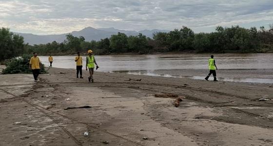 """بالصور.. """" مدني العارضة """" يواصل البحث عن مفقود وادي جيزان"""