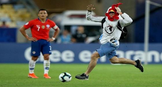 بالصور..مشجع يرتدي رأس دجاجة يقتحم مباراة تشيلي والأوروغواي