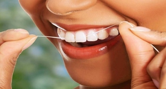 أطباء يكشفون أهمية استخدام خيط تنظيف الأسنان