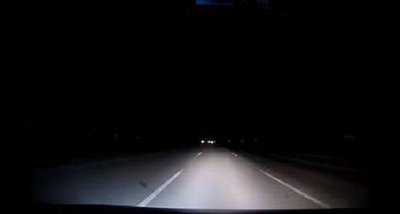 بالفيديو.. قائد مركبة يتفاجأ بأمر مفزع ليلا