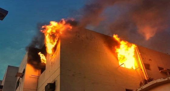 بالصور.. إخلاء بناية في جدة إثر اندلاع حريق