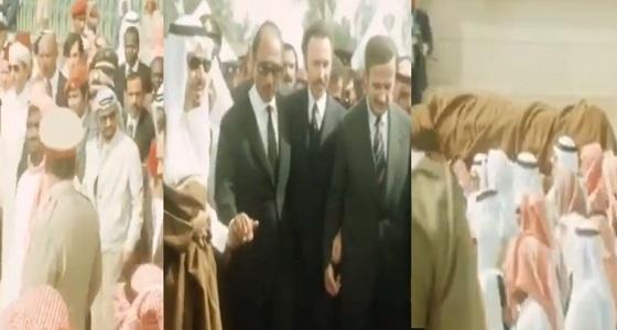 فيديو نادر يوثق لحظة مهيبة لتشييع جثمان الملك فيصل