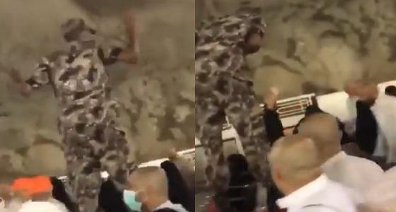 بالفيديو.. ردة فعل رجل أمن بعدما أصرت حاجة على إهداءه المال