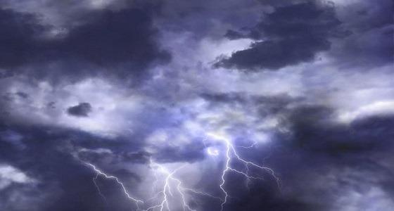 تحذير من السحب الرعدية والرياح على تبوك