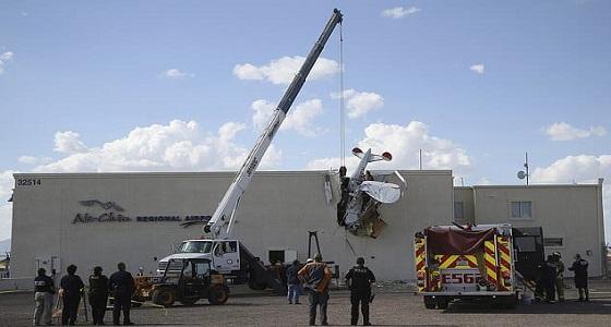 بالصور.. اصطدام طائرة بمبني يسفر عن إصابة طاقمها