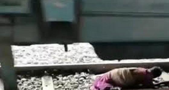 فيديو مرعب لسيدة مسنة تحت عجلات القطار أثناء سيره