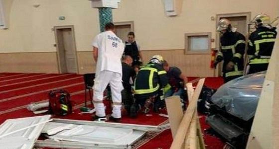 بالفيديو..رجل يقتحم مسجدًا بالسيارة ويحاول قتل نفسه في فرنسا