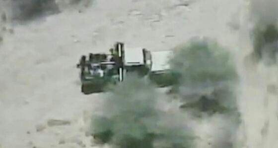 """بالفيديو.. لحظة استهداف طائرات التحالف لـ """" عربة """" تقل مجموعة حوثية"""