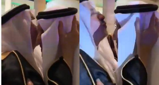 شاهد.. عبدالله الربيعة يُقبل رأس مستشار خادم الحرمين الشريفين
