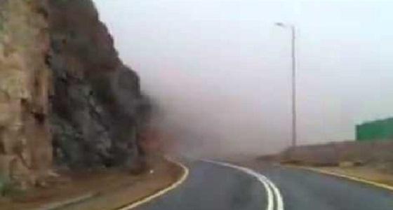بعد هطول أمطار غزيرة.. انهيار جزء من جبل على طريق ميسان العام
