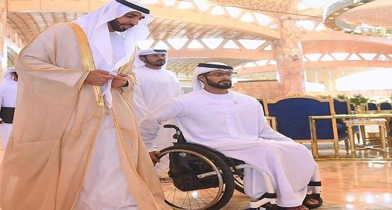 شاهد.. حفيد الشيخ زايد يلفت الانتباه على كرسي متحرك خلال اتفاق الرياض