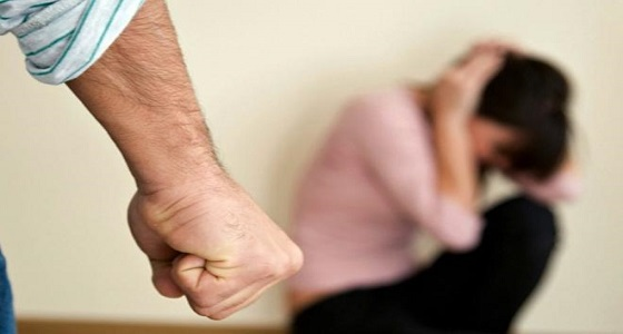 عربي يقتلع عيني زوجته أمام أولادهما ويمنع إسعافها