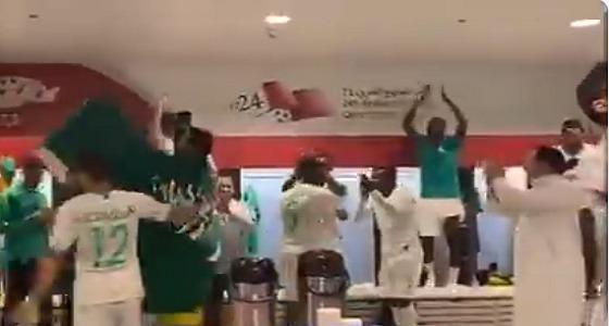 شاهد.. احتفالات لاعبو الأخضر بالتأهل في غرفة الملابس