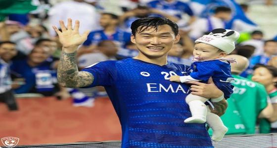 محترف الهلال الكوري يحتفل بفوز الفريق مع ابنه