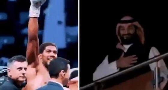 شاهد.. الملاكم أنطوني جوشوا يُحيي ولي العهد بطريقته في نزال الدرعية