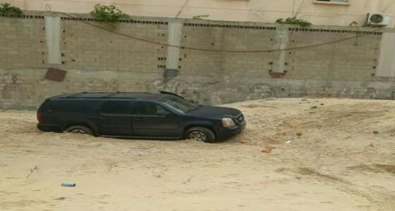 بالصور.. سيارة تعلق في «رمال الجوهرة»بالدمام