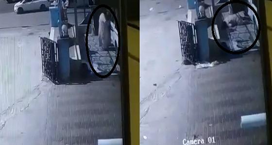 شاهد.. لحظة وفاة شخص من إطار سيارة متطاير أصابه
