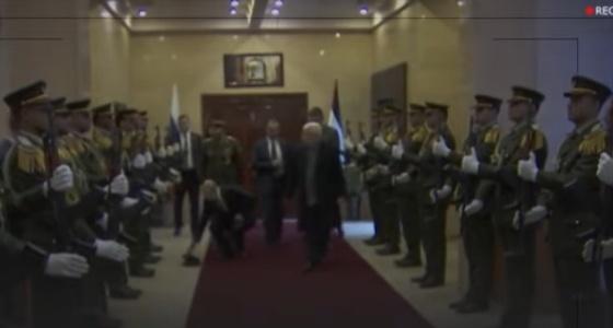 بالفيديو.. بوتين ينحني لإعادة قبعة لضابط فلسطيني
