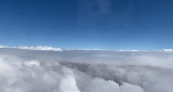 بالفيديو.. منظر مهيب للسحب من طائرة فوق عرعر