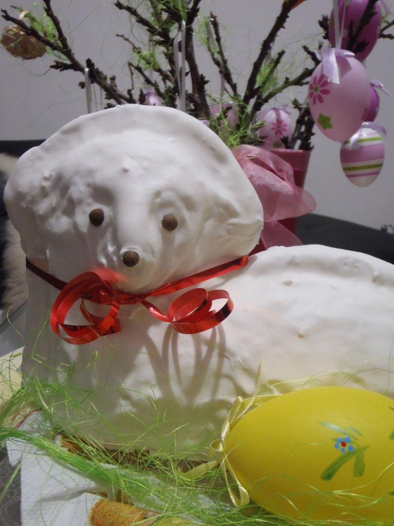 Veľkonočný baranček, pečenie, piškótový koláč, bielková, cukrová poleva, velka noc, pečenie vo forme