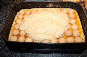 marhuľový koláč, sladký život, koláč s marhuľami, marhuľová plnka, ovocná plnka, piškótový koláč, marhule so šľahačkou, krémový marhuľový koláč