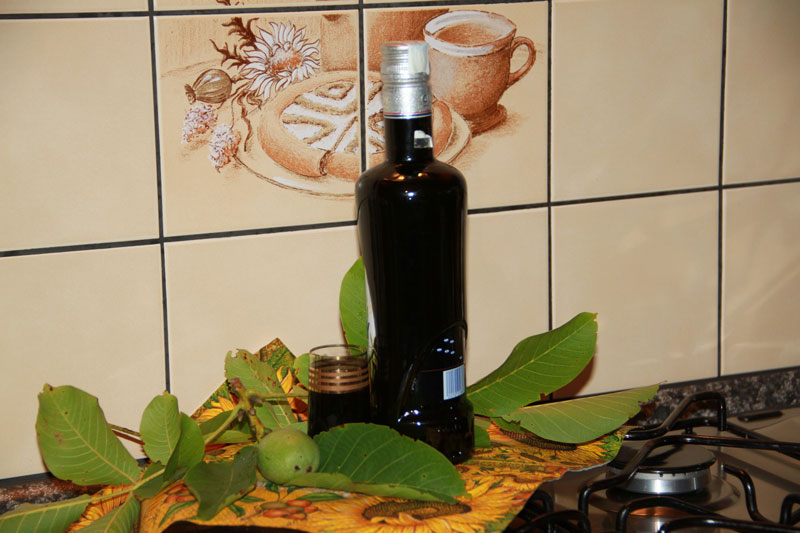 orechovica, domáci likér, vlašské orechy