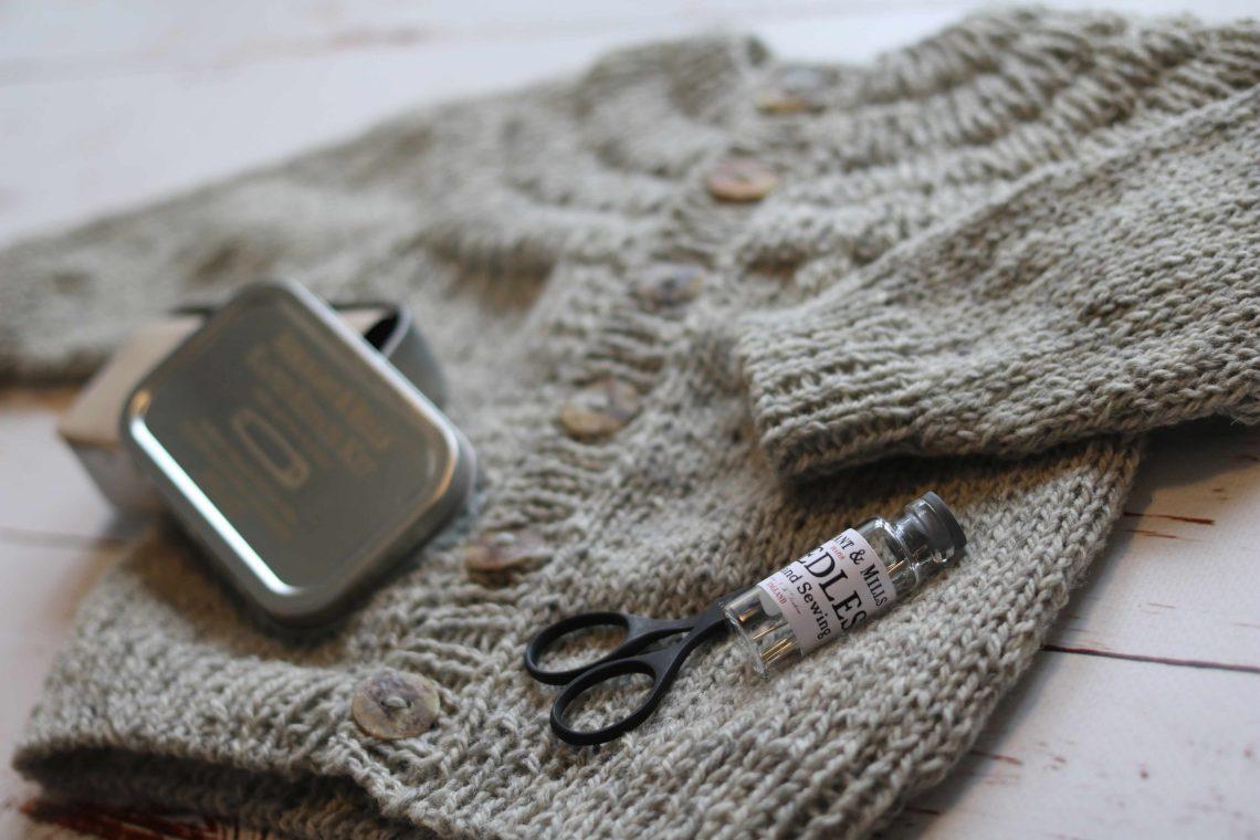 Jeg har strikket en lille Ankers Jakke fra Petiteknit. Bare 73 gram vejer den inden vask og inklusive 6 knapper.