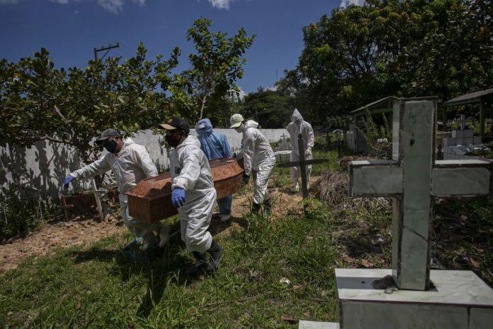 Des employés du cimetière en combinaison deprotection portent un cercueil au cimetière municipal de Recanto da Paz, à Breves, dans l'État brésilien de Pará le 7 juin.LeBrésil a passé le cap des 40.000 morts et des 800.000 cas confirmés.Le pays se situe désormais au deuxième rang mondial en matière de contaminations derrière les États-Unis, mais les centres commerciaux ont rouverts.