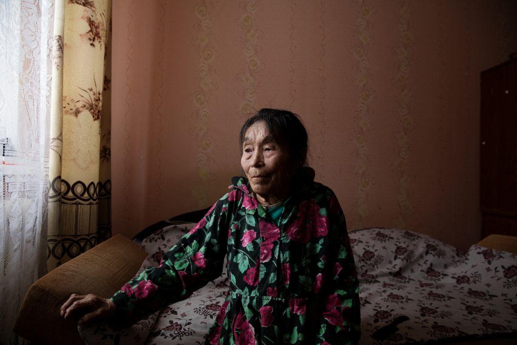 «J'étais fasciné par la capacité de l'image photographique à geler le temps. La photographie est devenue un moyen pour moi de gérer et d'explorer mes peurs. Autipana, sur cette photo, a traversé de nombreux deuils au cours de sa vie. Elle a perdu son mari, son fils et sa fille à cause de maladies et, il y a quelques années, tout son troupeau de rennes a péri à cause de la famine pendant une vague de froid. Presque incapable de marcher, elle passela plupart du temps au lit.»