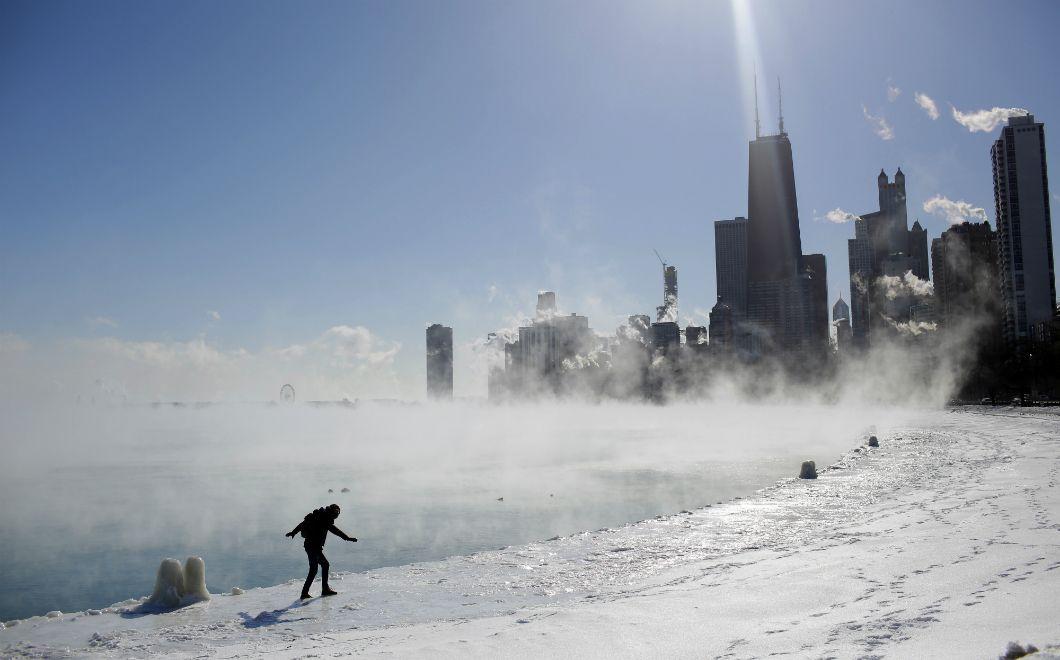 Un homme tente de garder l'équilibre en marchant sur les bords gelés de la rive du lac Michigan, à Chicago, alors que les températures sont descendues jusqu'à -29°C le 30 janvier 2019. Les écoles ont fermé, les vols et les trains ont été suspendus et près de 16.000 SDF ont été mis·es à l'abri à cause de cette vague de froidextrêmequi a frappé plusieurs jours le nord des États-Unis.