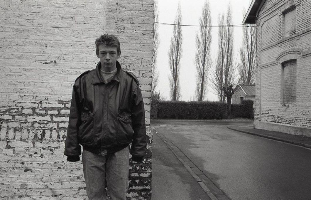 Valenciennes, 1996 | Le jeune homme figurant sur cette photo est le même que celui dans la même pose, dix ans plus tôt, dans la même ville (photo 1).