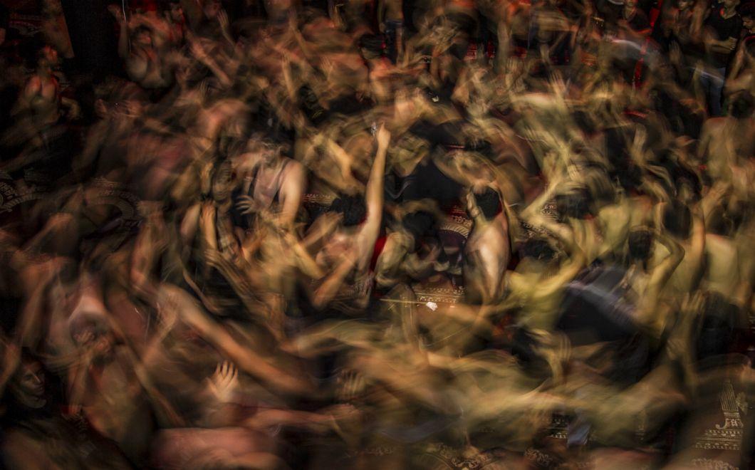Des musulman·es chiites irakien·nes prennent part aux commémorations marquant le huitièmejour du mois de Muharram, le premier mois du calendrier islamique, peu de temps avant l'événement religieux d'Achoura, dans la ville de Bassorah au sud de l'Irak. Celui-ci, qui comprend une période de deuil de dix jours, commémore le massacre au septième siècle de l'imam Hussein, petit-fils du prophète Mohammed.