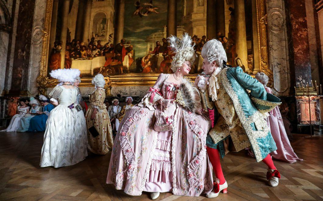 Un couple vénitien vêtu de costumes d'époque pose lors de la soirée déguisée «Fêtes galantes» au château de Versailles, le 27 mai 2019. Pour sa sixièmeédition, la soirée costuméeinvite les participant·es à revivre au temps du Roi-Soleil, avec pour thème «Le Mariage royal».