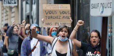 Des militantes féministes manifestent à la suite dela nomination de Gérald Darmanin à la tête du ministère de l'Intérieur, à Paris, le 7 juillet 2020. | Geoffroy Van der Hasselt / AFP