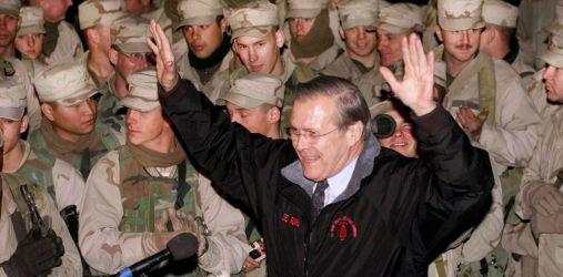 Le secrétaire américain à la Défense, Donald Rumsfeld, après avoir rencontré les nouveaux dirigeants de l'Afghanistan pour discuter de l'avenir du pays, le 16 décembre 2001 à l'aérodrome de Bagram. | Pablo Martinez Monsivais / AFP