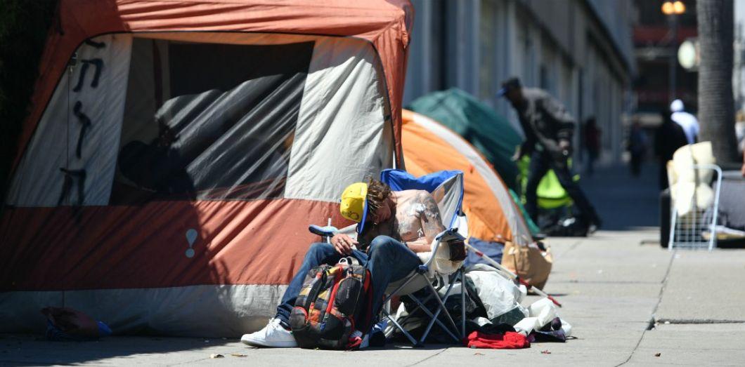 Une personne sans-abri à San Francisco en juin 2016.   Josh Edelson / AFP
