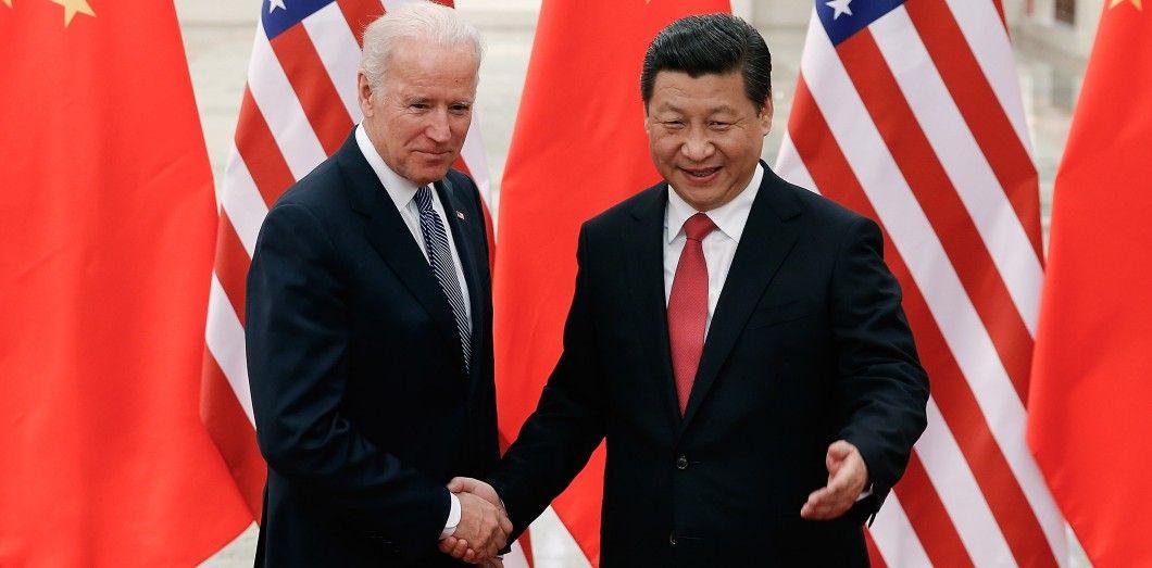 Joe Biden et Xi Jinping le 4 décembre 2013 à Pékin. |Lintao Zhang / POOL / AFP