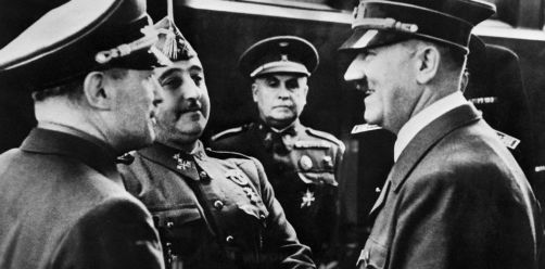 Le leader nazi Adolf Hitler avec le général Francisco Franco, dictateur espagnol, à la gare de Hendaye le 23 octobre 1940. | AFP